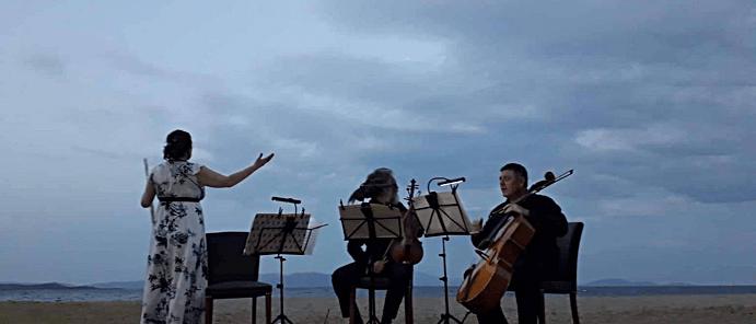 τρείς μουσικοί κυττάζουν την πανσέληνο στην Νέα Μάκρη